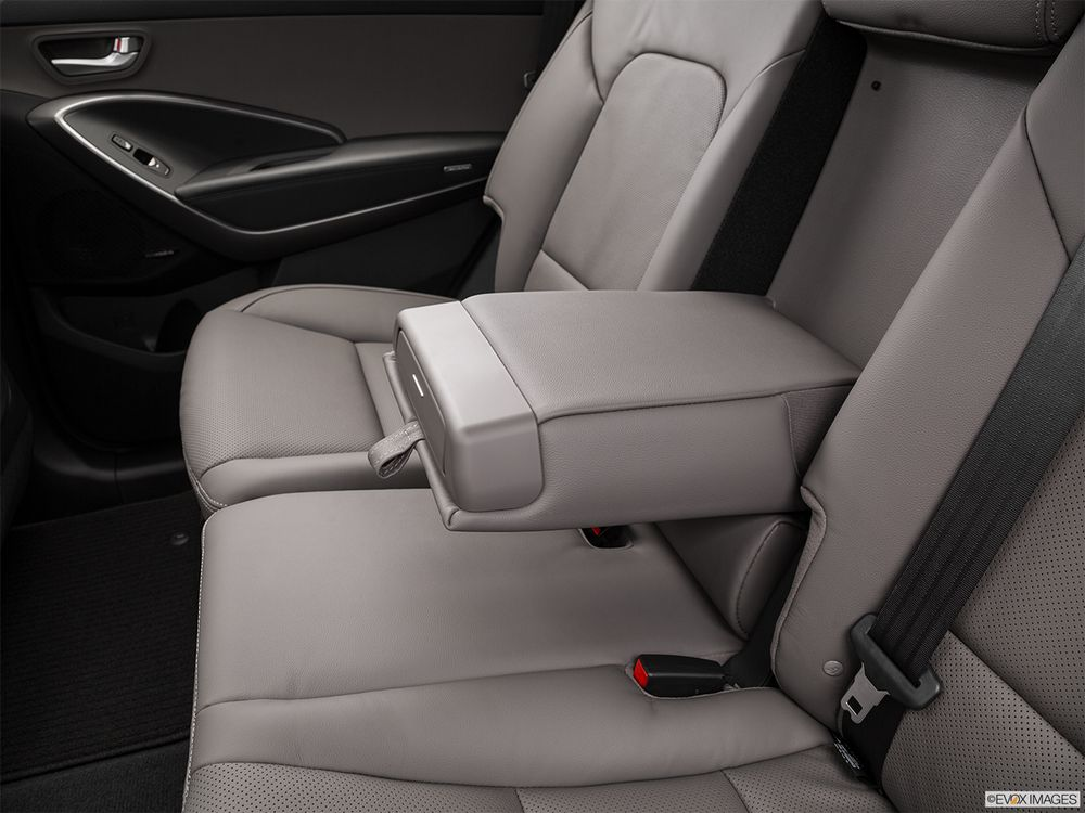 Hyundai Grand Santa Fe 2016, United Arab Emirates