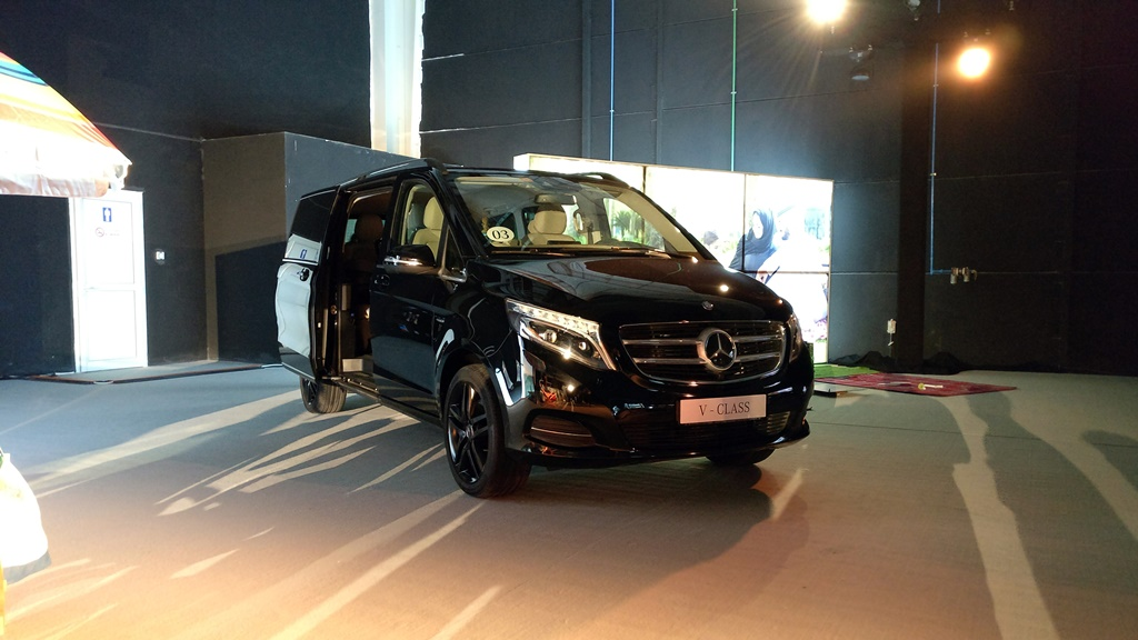 Mercedes benz v class launched in the uae qatar yallamotor for Mercedes benz warehouse jobs