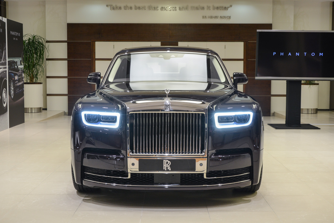 2018 rolls royce phantom makes middle eastern debut uae. Black Bedroom Furniture Sets. Home Design Ideas