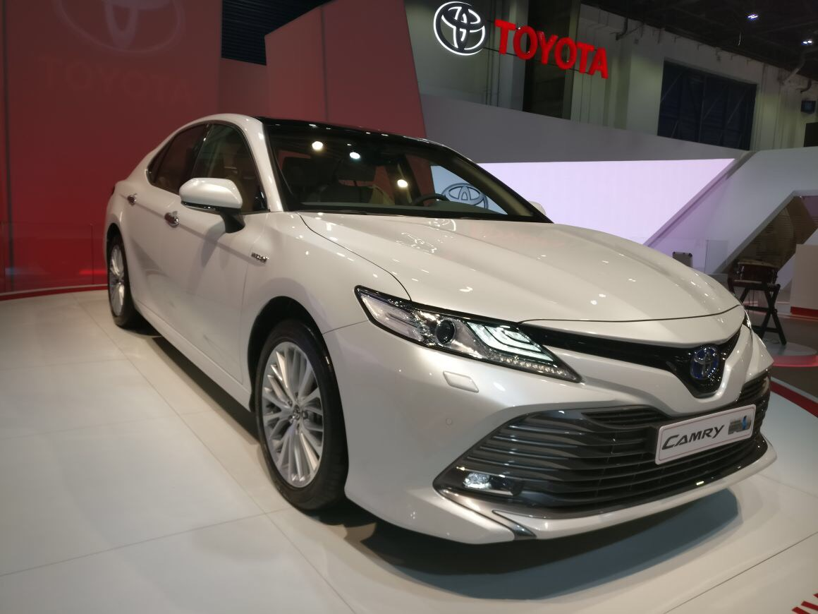 2018 toyota camry hybrid at the dubai international motor. Black Bedroom Furniture Sets. Home Design Ideas