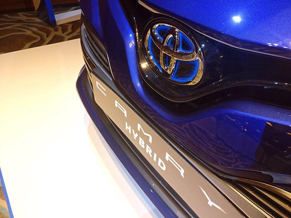 Toyota Camry Hybrid 2018 Badge