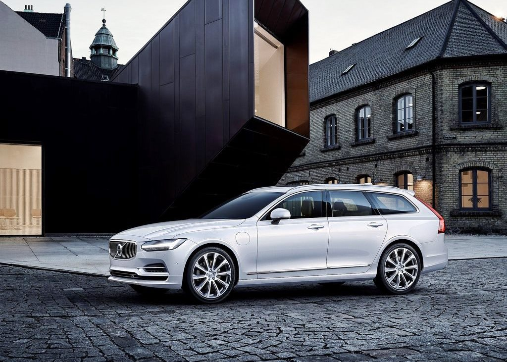 Volvo S80 2017 >> Volvo V90 2018 T5 Momentum in UAE: New Car Prices, Specs, Reviews & Photos | YallaMotor