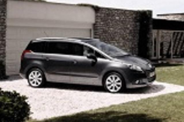 compare cars peugeot 5008 2013 5008 premium 2 vs peugeot 3008 2013 premium vs kia carens. Black Bedroom Furniture Sets. Home Design Ideas