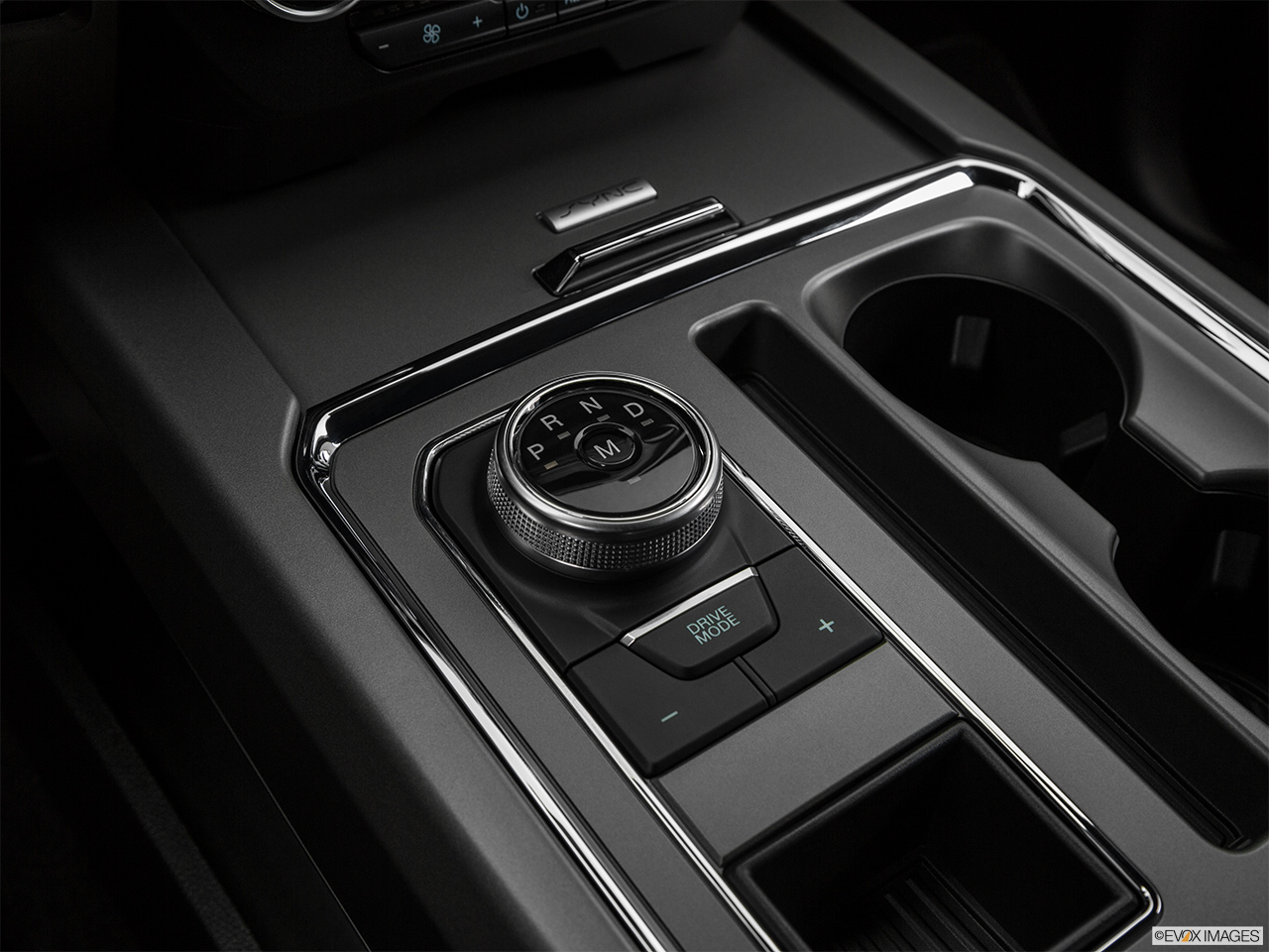 Ford Expedition 2018, Saudi Arabia, Gear shifter/center console.